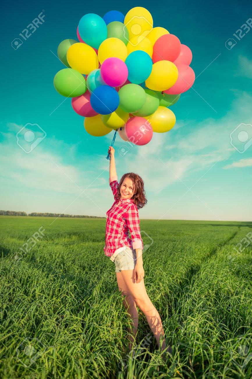 feliz nia jugando con globos coloridos juguetes al aire libre mujer joven que se divierte