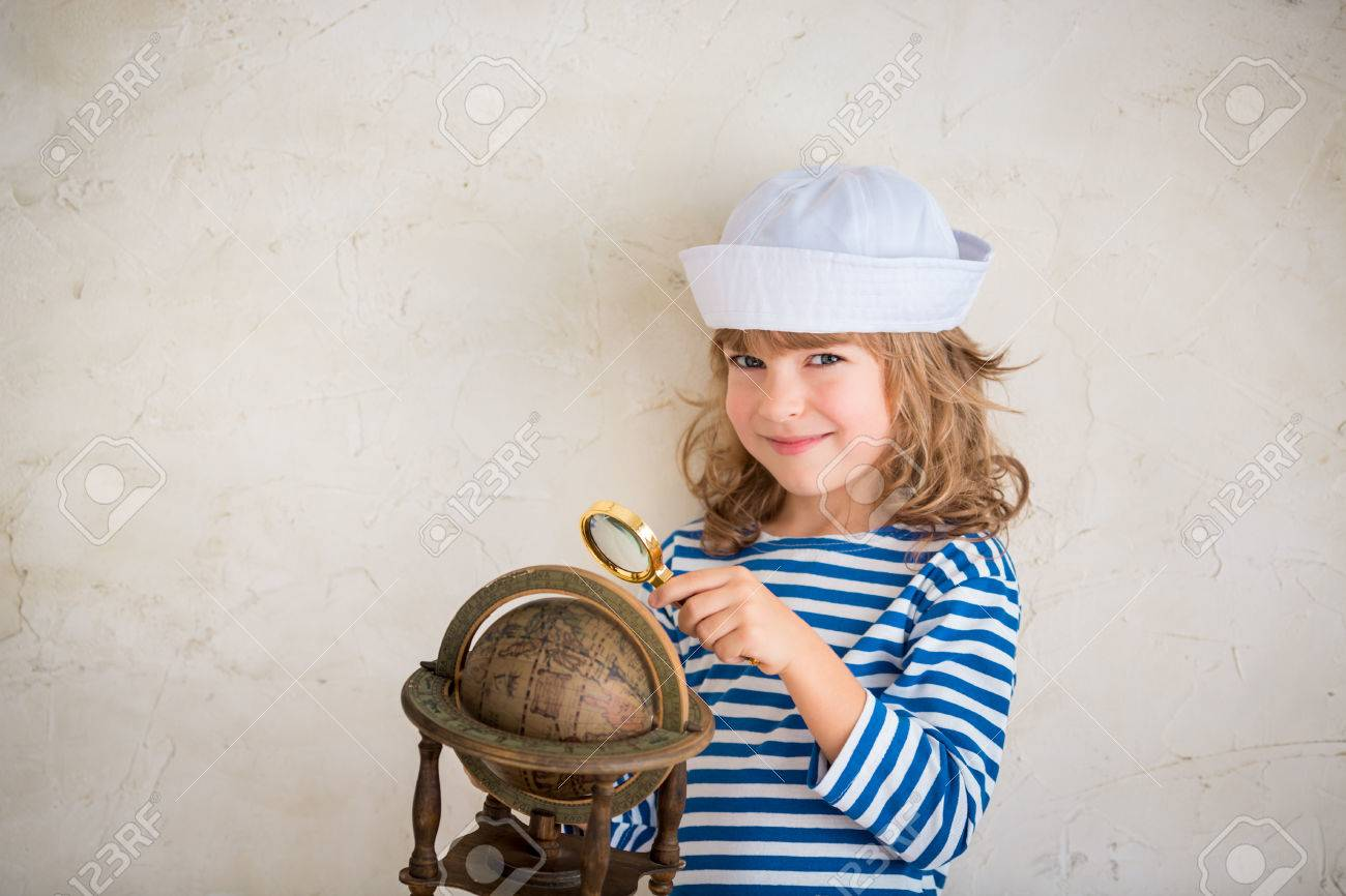Glückliches Kind, Das Mit Vintage-nautischen Dinge. Kid Spaß Zu ...