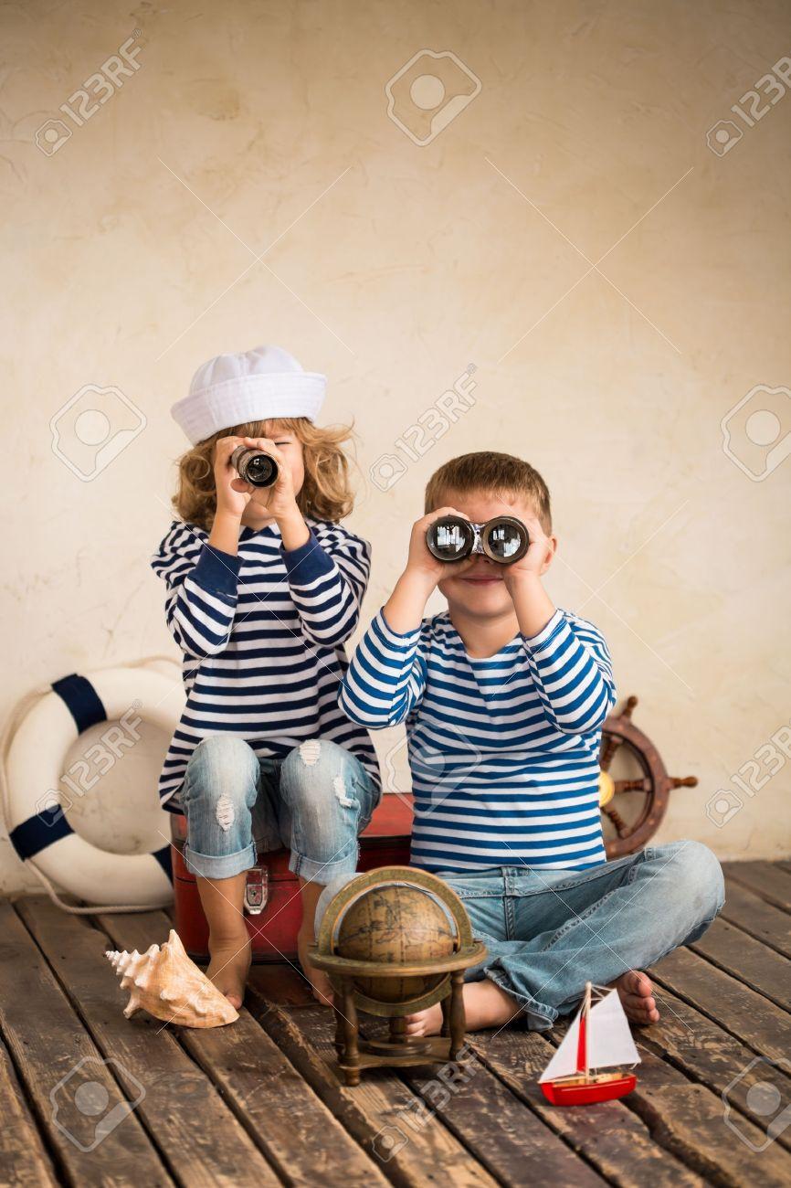 Kinder Spielen Mit Vintage Nautischen Dinge. Kinder, Die Spaß Zu ...