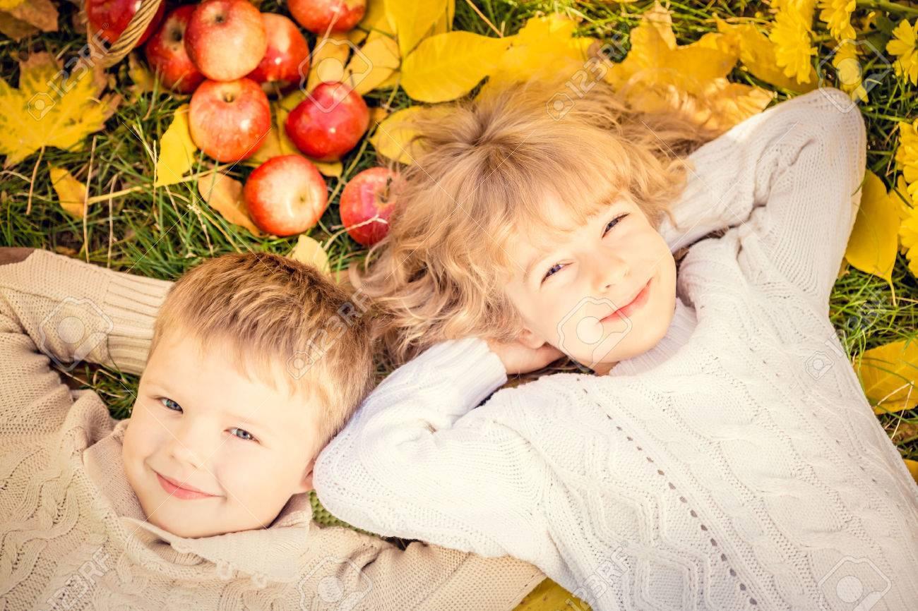 Glückliche Kinder Auf Herbst Blätter Liegen. Lustige Kinder Im ...