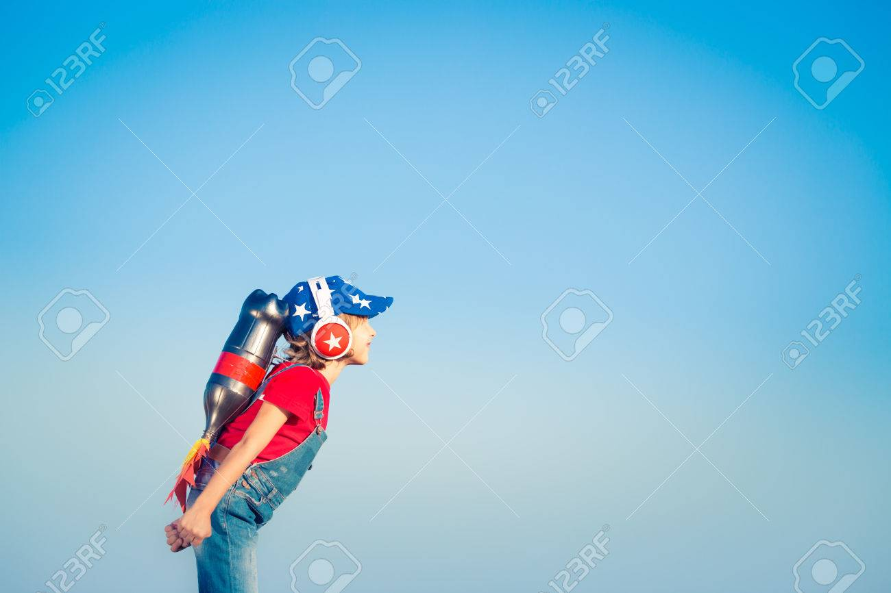 ab81900ce Cabrito Con El Jet Pack Contra El Cielo Azul. Niño Que Juega Al Aire ...