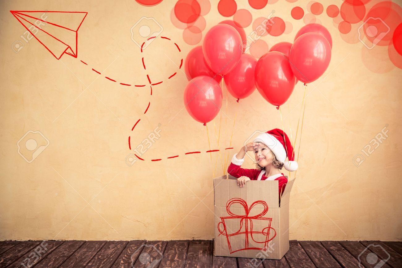foto de archivo nio que juega en casa regalo de navidad concepto de vacaciones de navidad