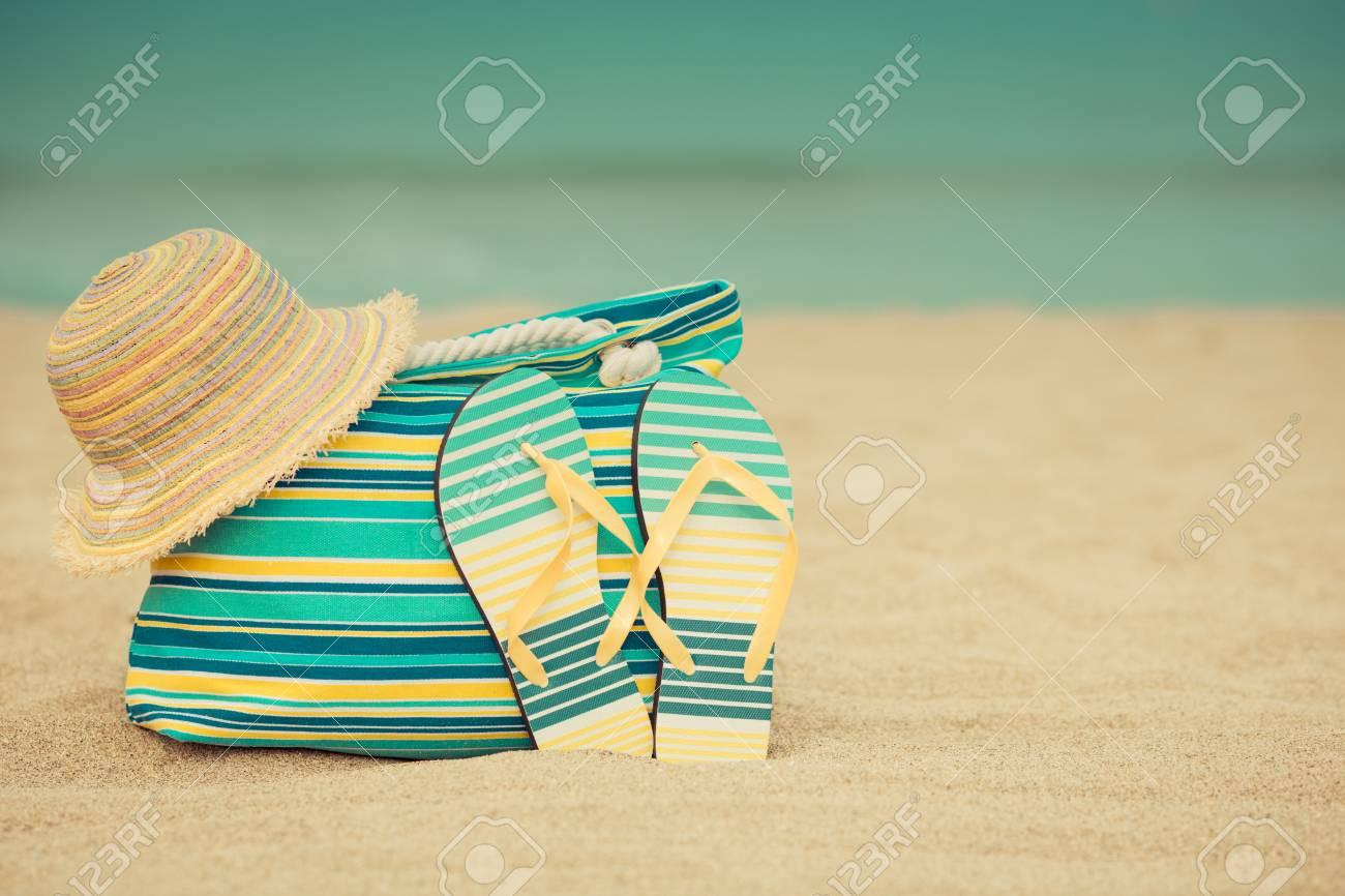 Tongs Et Sac Sur La Plage De Sable Fin Sur Fond Bleu De Mer Et De Ciel Concept De Vacances D été