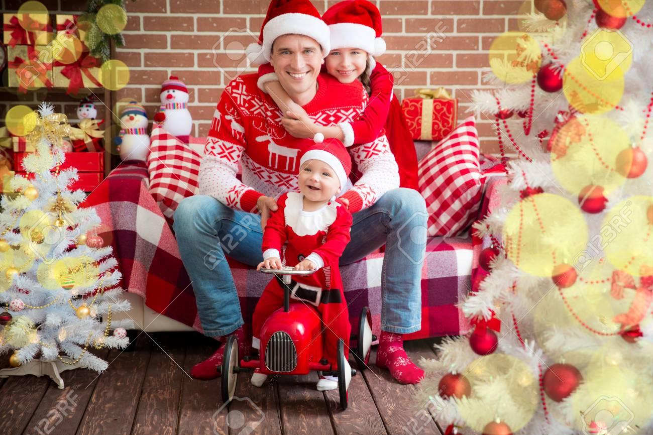 Glückliche Familie, die Spaß zu Hause. Weihnachten Weihnachten Winter Urlaub Konzept