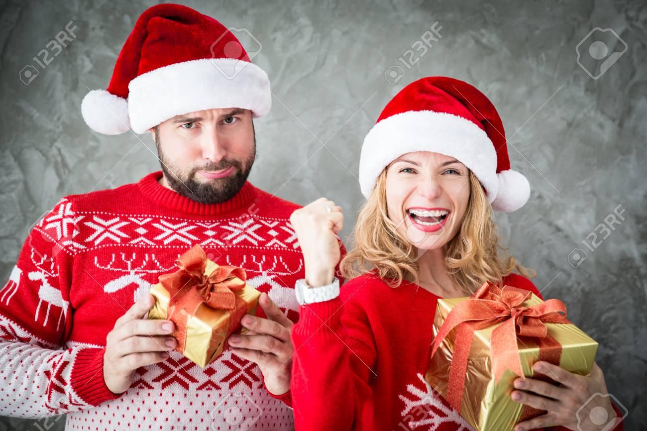 Portrait Des Lustigen Paar Mit Weihnachtsgeschenk. Mann Und Frau ...