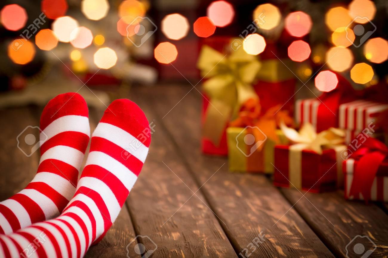 Kinderfüße In Weihnachten Socken. Mädchen Zu Hause Entspannen ...