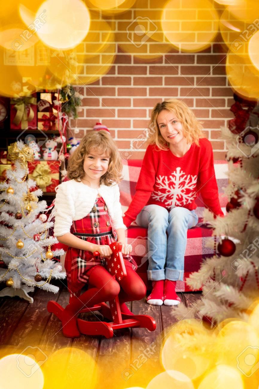 Familie Mit Weihnachtsgeschenk. Mutter Und Kind, Die Spaß Zusammen ...