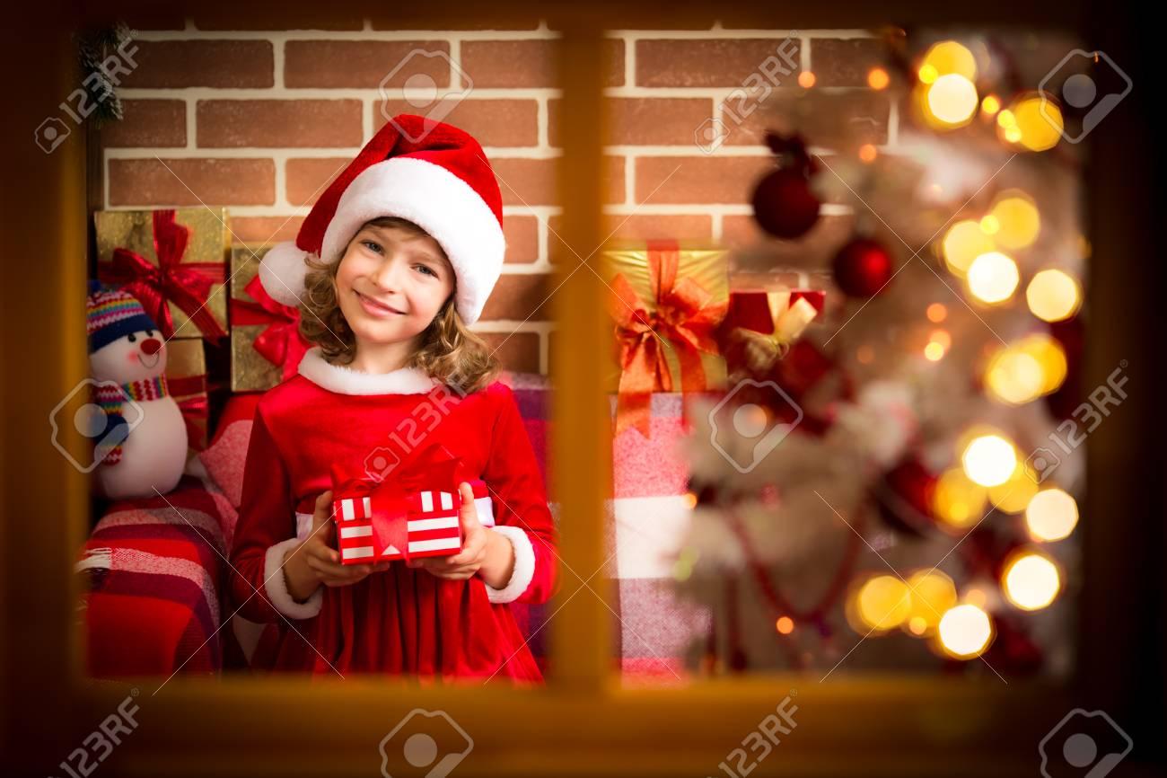 Kind, Das Weihnachtsgeschenk Hält. Kid Spaß Zu Hause. Weihnachten ...
