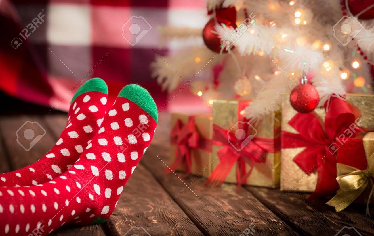 Kinderfüße In Weihnachten Socken In Der Nähe Von Weihnachtsbaum ...
