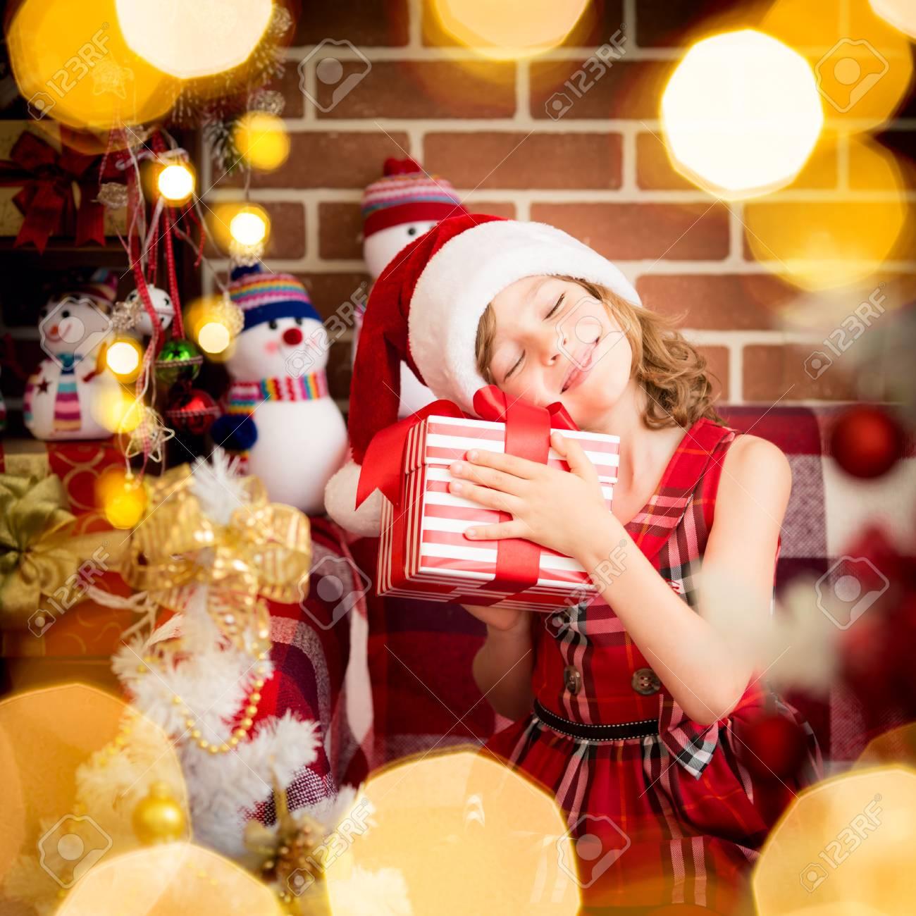 Glückliches Kind Mit Weihnachtsgeschenkkasten. Lustige Kind Zu Hause ...