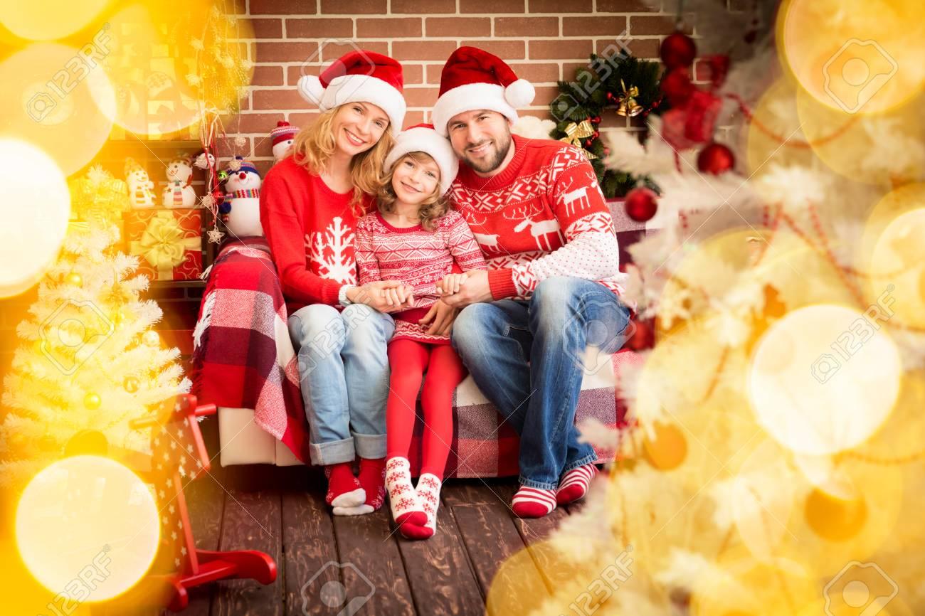Familie Mit Weihnachtsgeschenk. Mutter; Vater Und Kind Spaß Zusammen ...