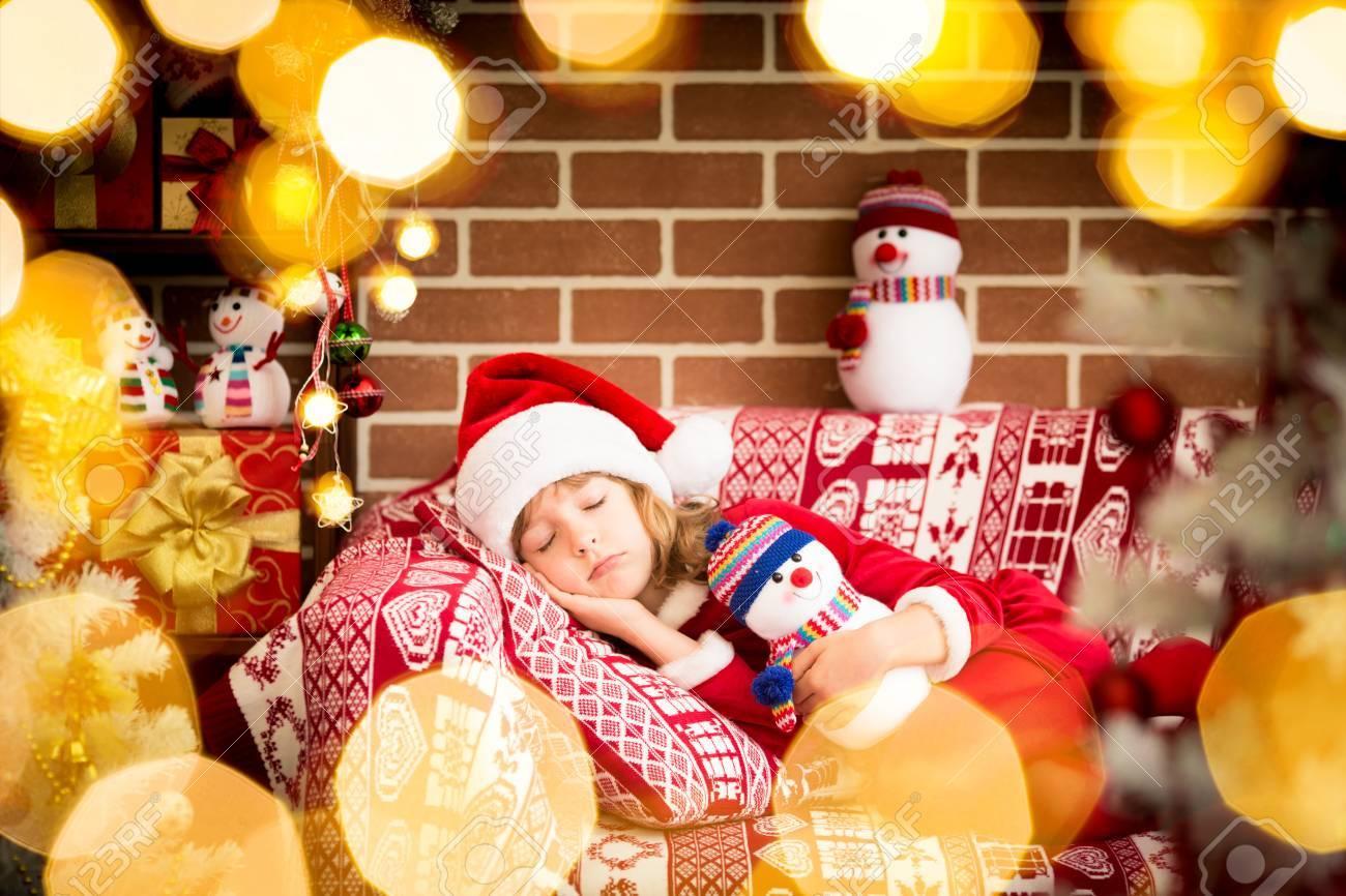 Glückliches Kind Zu Hause Schlafen. Lustige Kind Sankt-Hut Trägt ...
