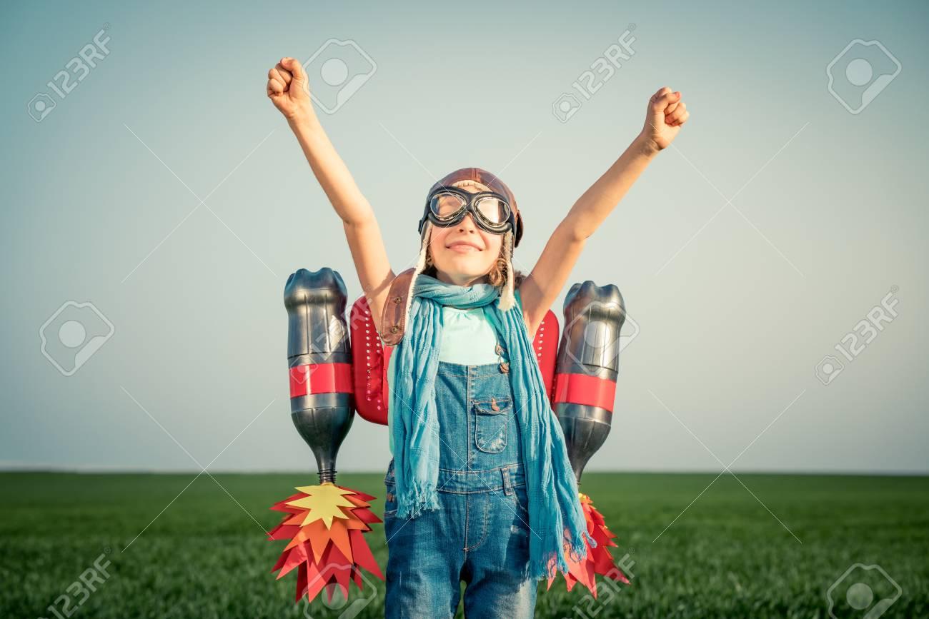 507394ace Niño Con El Jet Pack Al Aire Libre. Niño Jugando En Campo De Primavera  Verde. Concepto De La Tecnología Del éxito