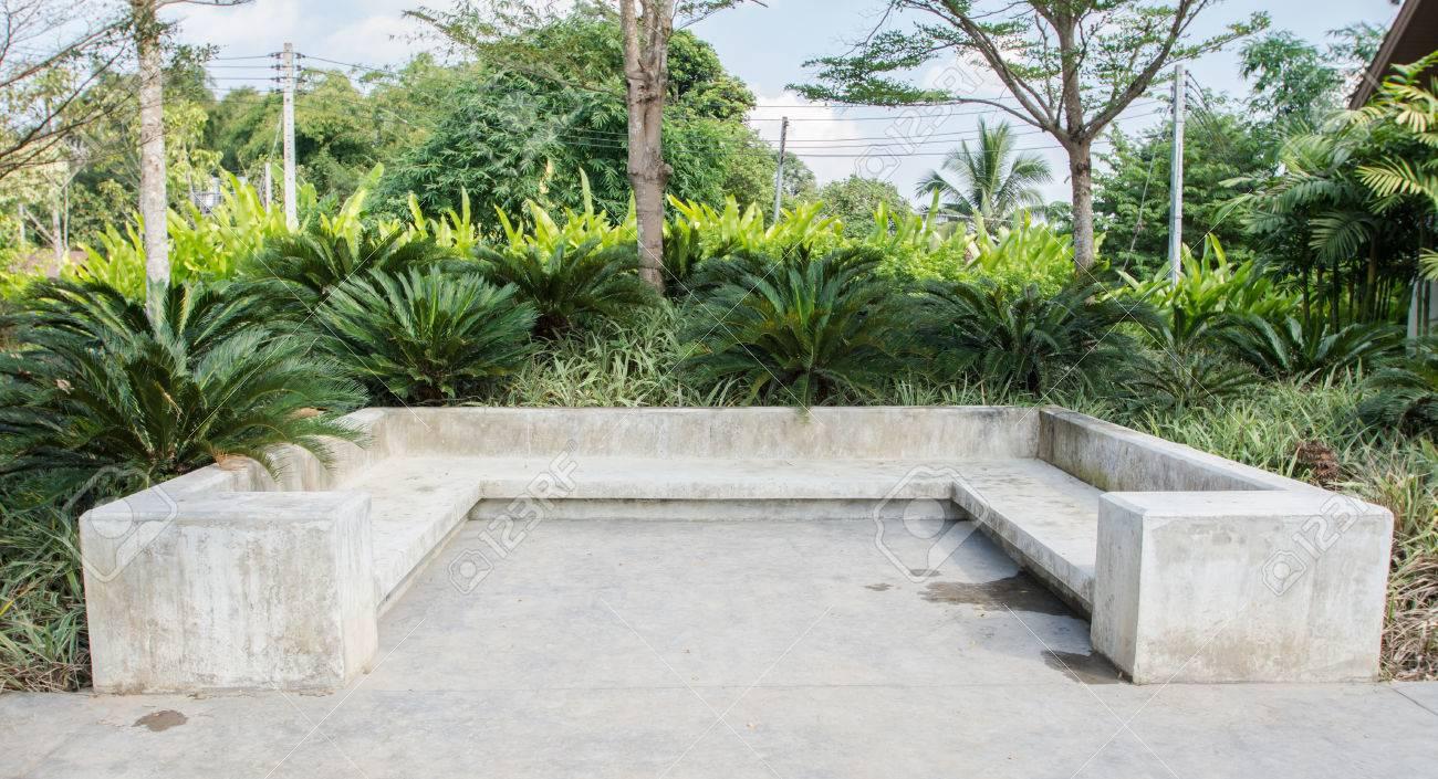 Moderne beton bank im garten lizenzfreie bilder 34822563