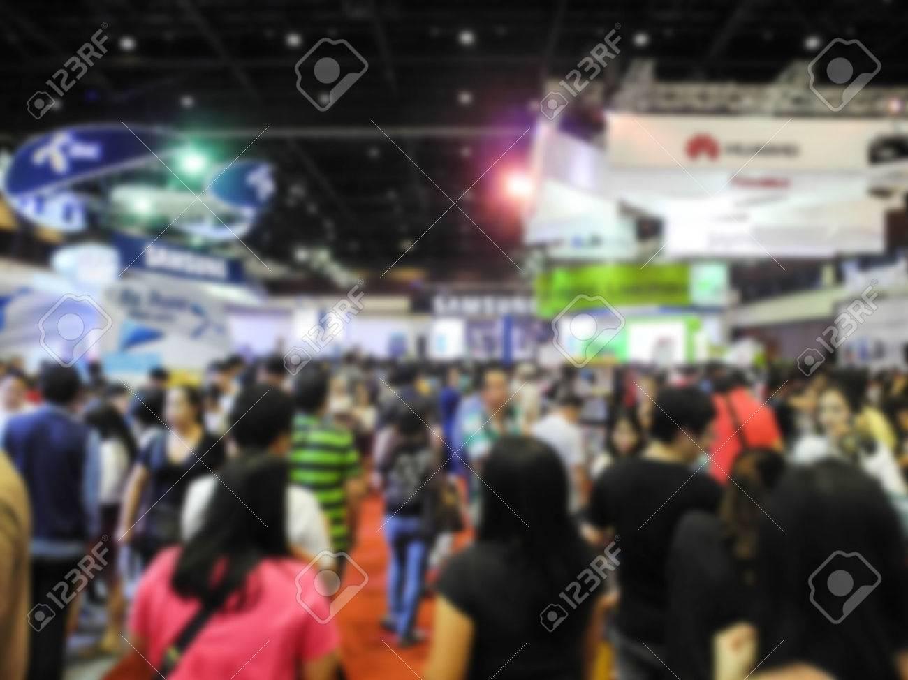 Astratte persone che camminano in mostra sfondo sfocato Archivio Fotografico - 46696012