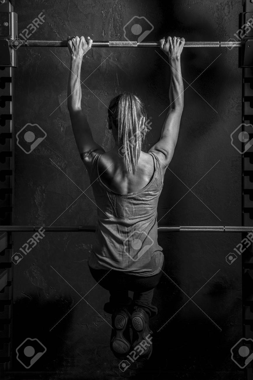 Fitness Starke Frau, Die Muskeln Von Rücken Und Hände Beim Training ...