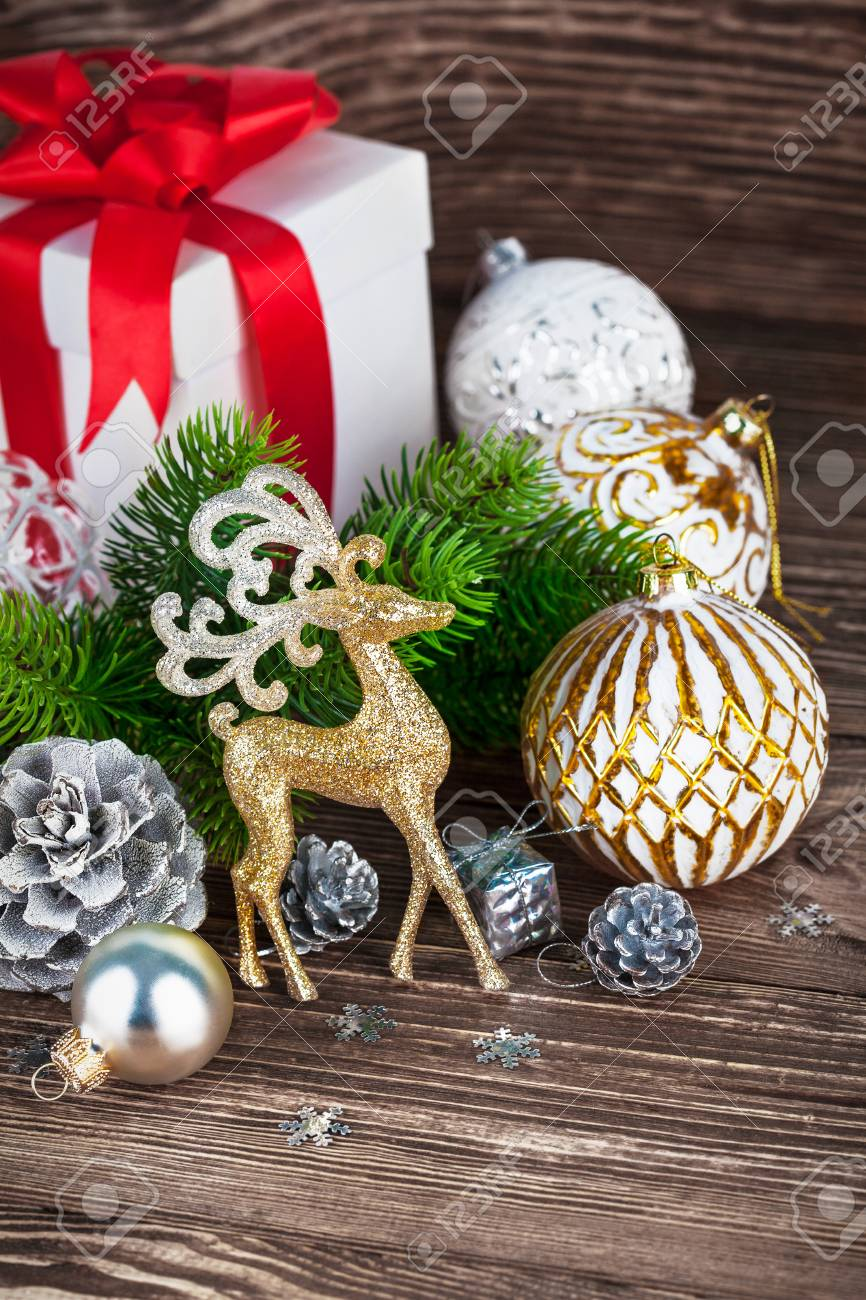 Zweig Der Weihnachtsbaum Mit Geschenk Und Bälle Lizenzfreie Fotos ...