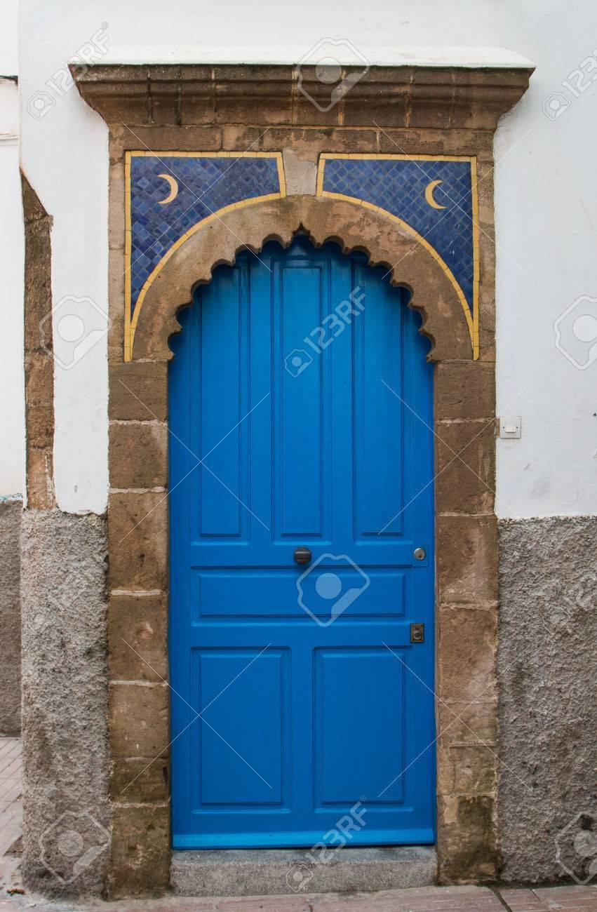 Couleur Bleu Vif De La Porte Cadre Avec Une Arche En Pierre Deux