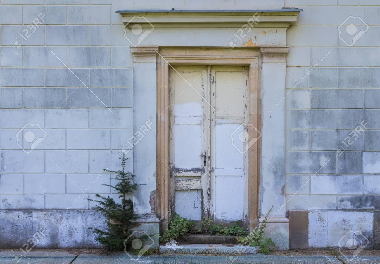 Ingang van een huis met een niet passend nieuwere deur die niet