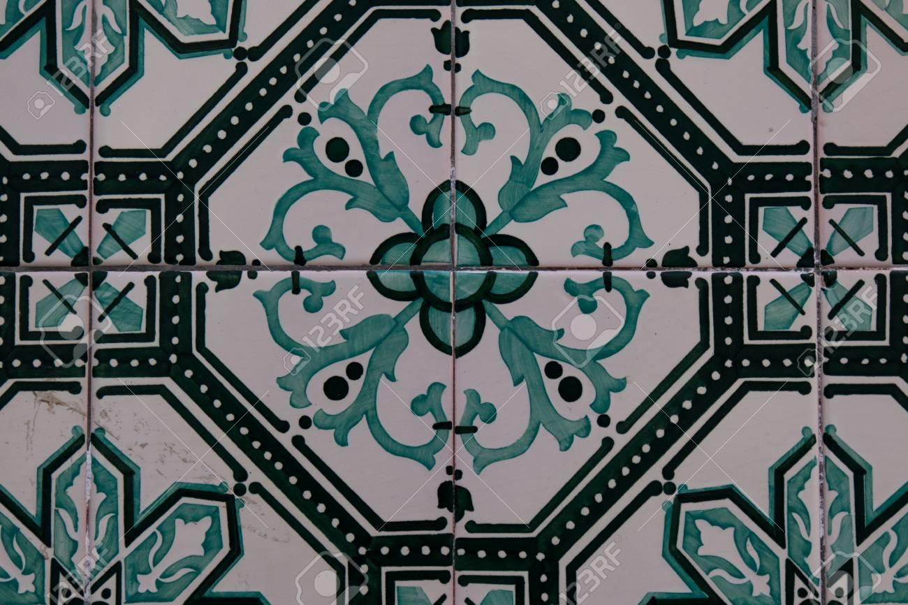 Grüne Farbe Der Gemalten Traditionellen Fliesen Auf Der Wand Eines Hauses  Im Äußeren. Geometrisches Und