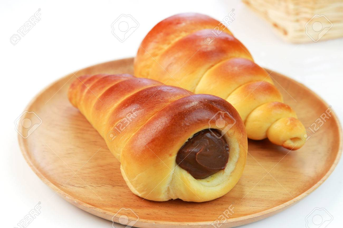 Quelle pâtisserie ? 44291102-chocolate-cornet-bread