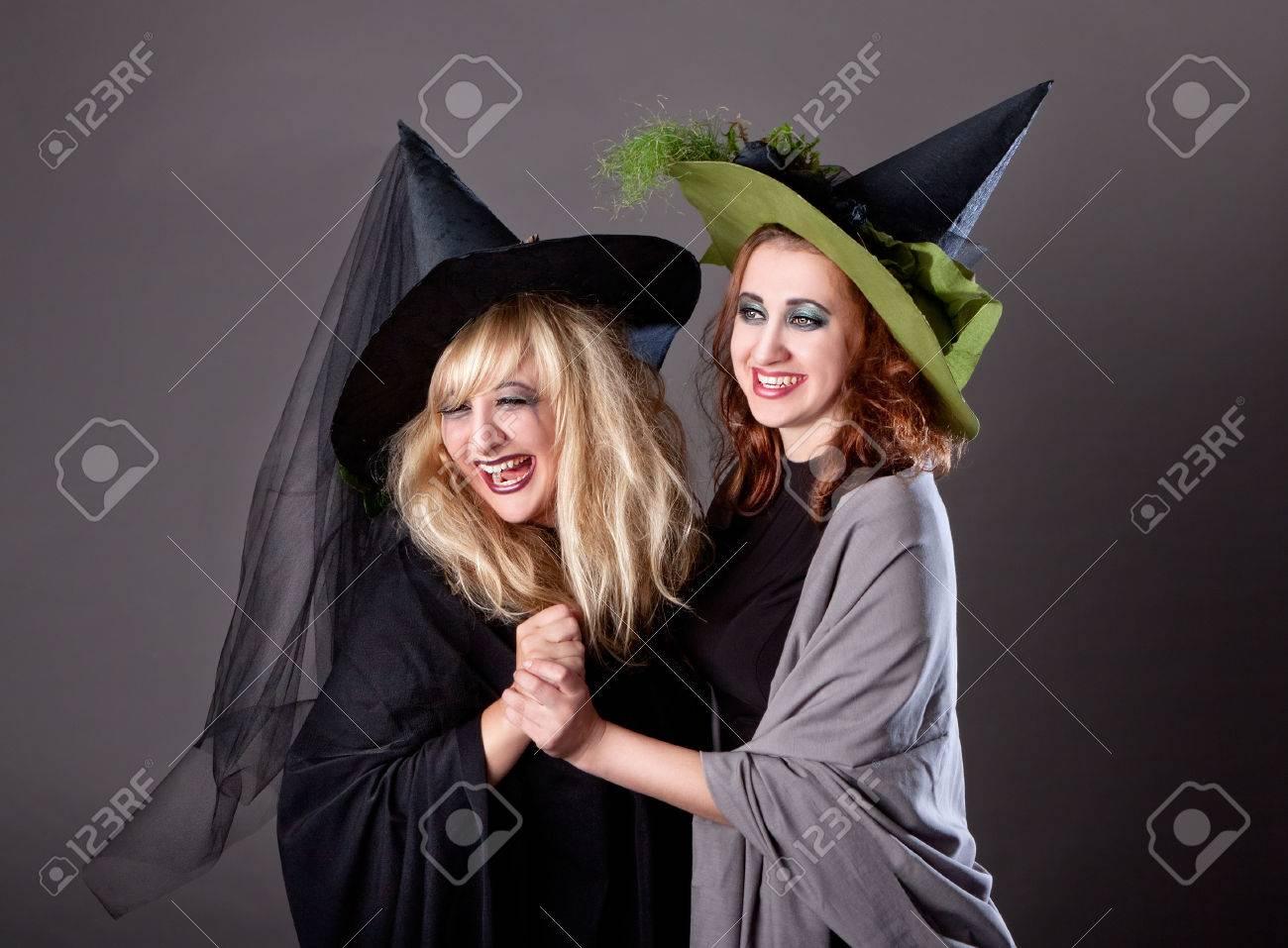 Zwei Mädchen Herumalbern Auf Einer Party An Halloween Als Hexen ...