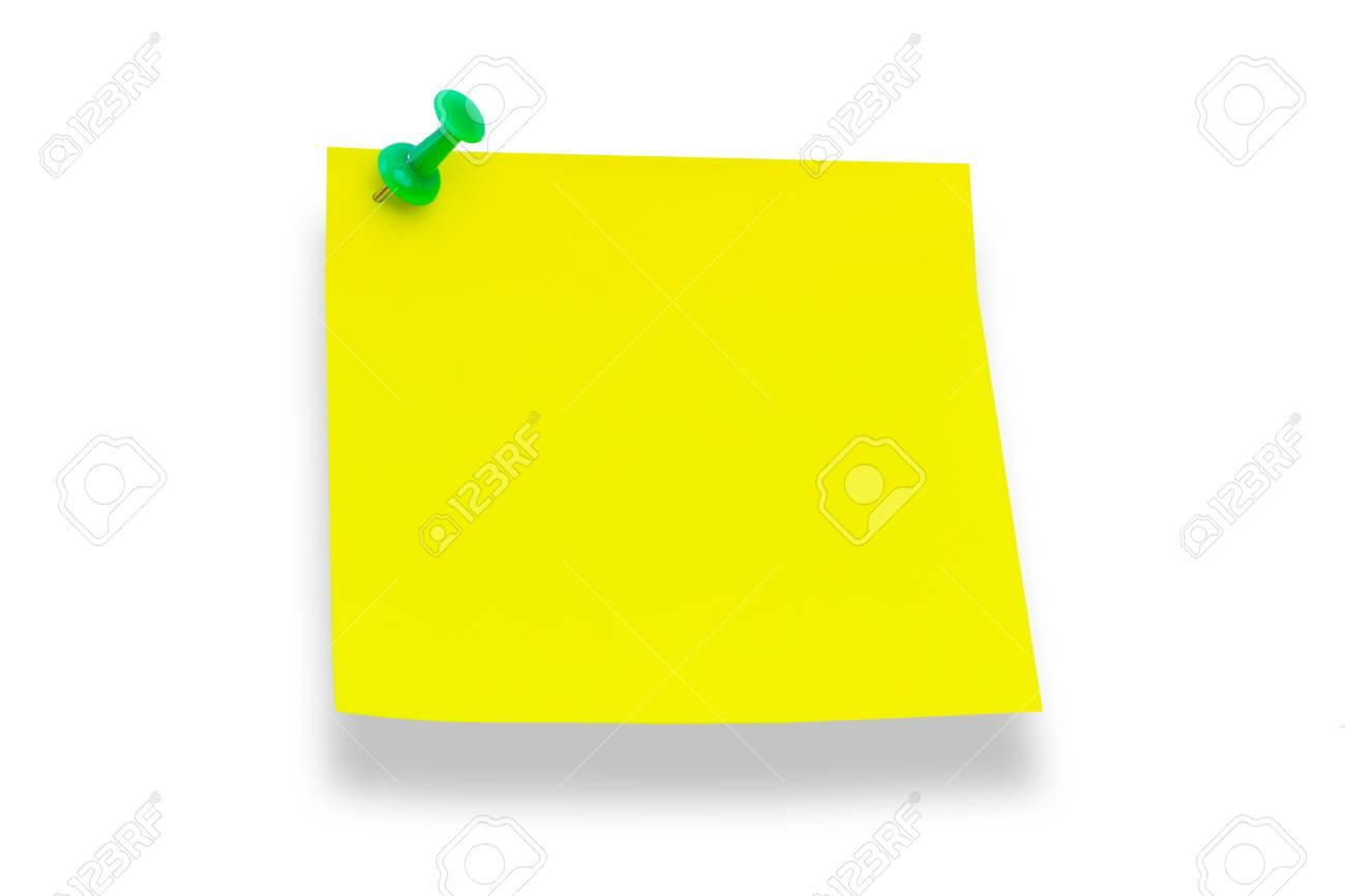 Papier jaune épinglé à la punaise du Conseil isolé sur fond blanc