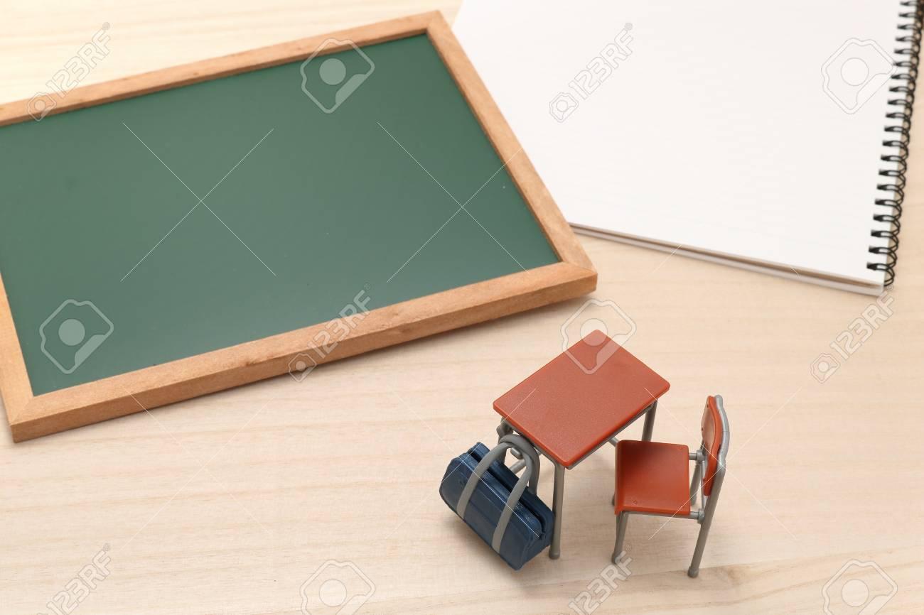 Miniature tableau noir ordinateur portable bureau et le sac d