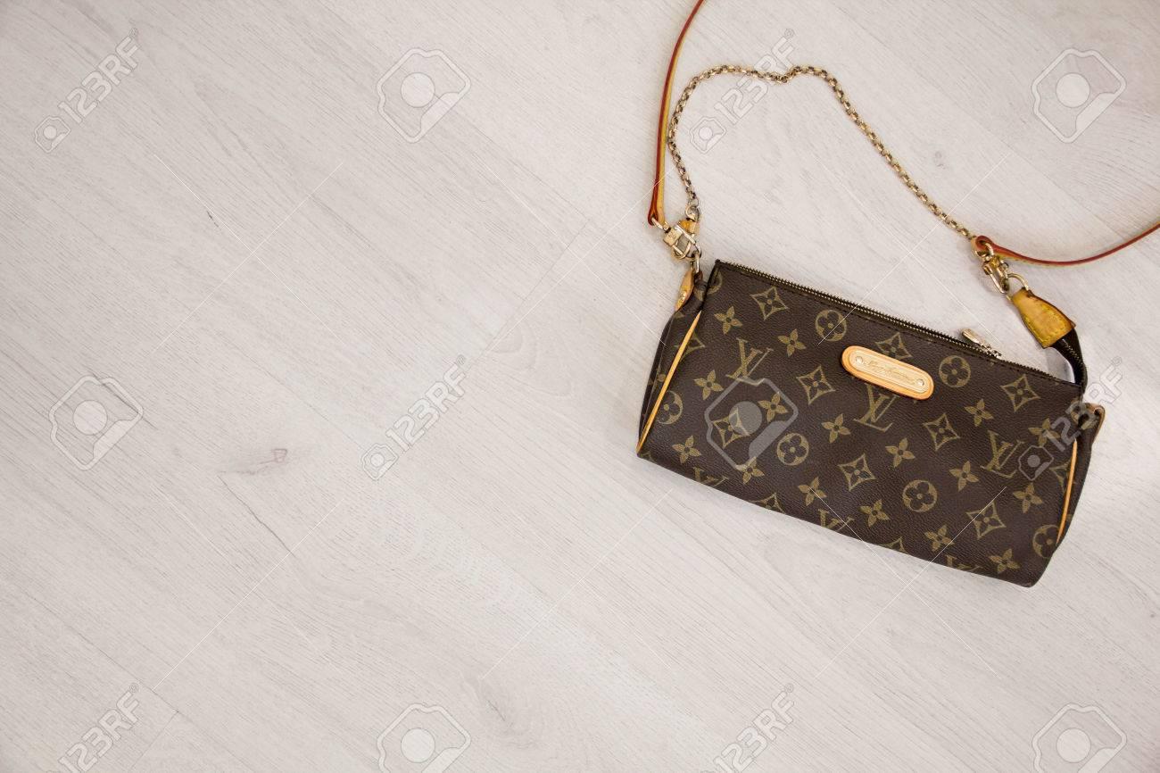 c759846bb Foto de archivo - Moscú, Rusia - 08.14.2016 falso bolso de Louis Vuitton