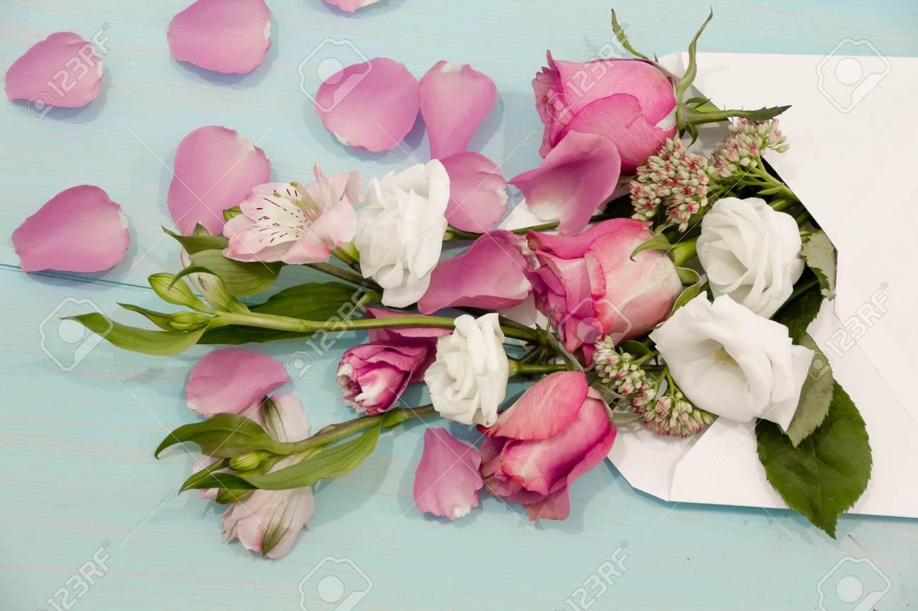 Schöne Rosen Und Blüten In Den Umschlag Auf Dem Abgenutzten ...