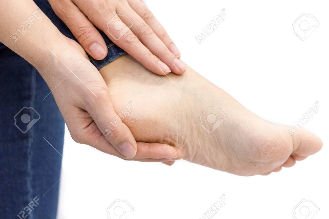 e75435c45d6 Banque d images - Douleur dans un pied. traumatismes sportifs. Femme talons  fendillés avec fond blanc