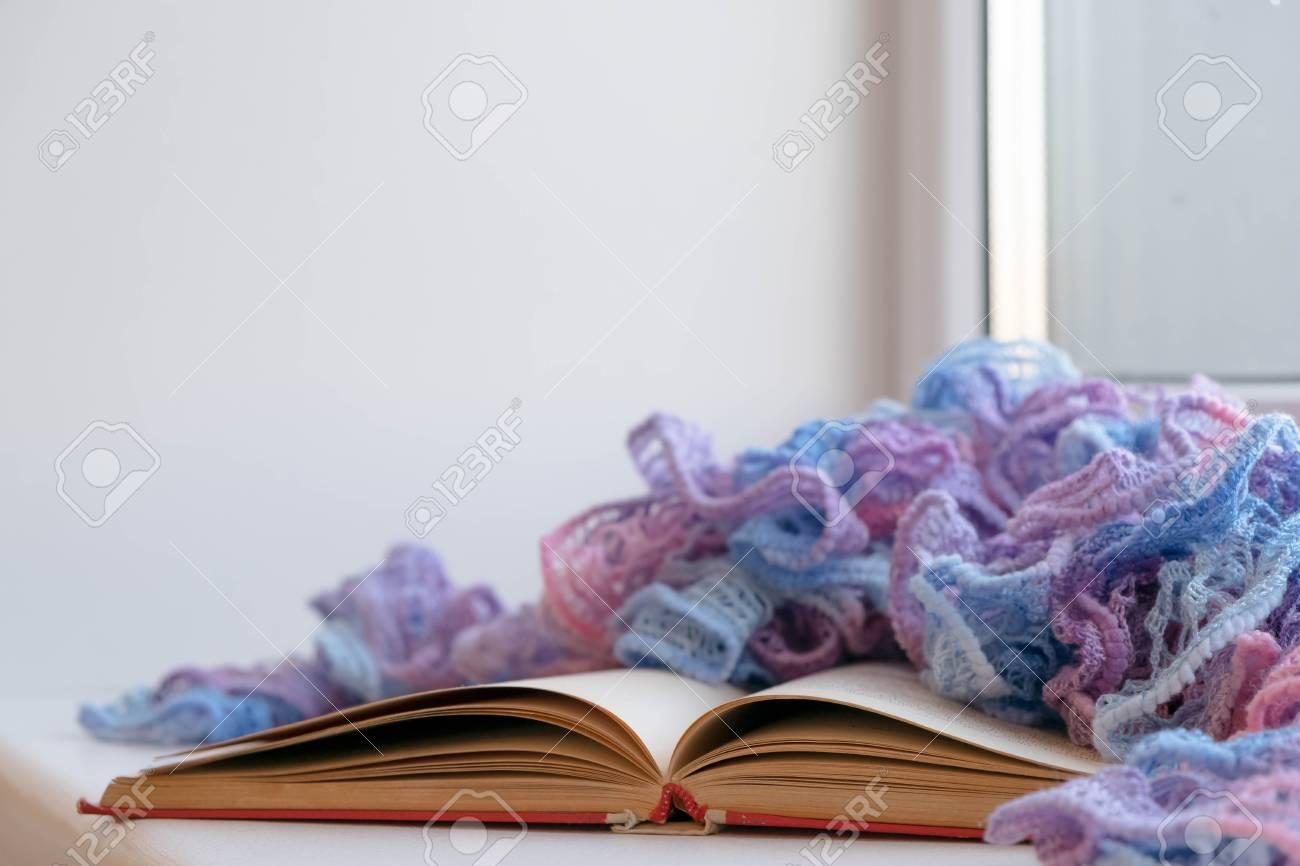 Acogedor Invierno Bodegón: Libro Abierto. Cálido Y Cómodo Concepto ...