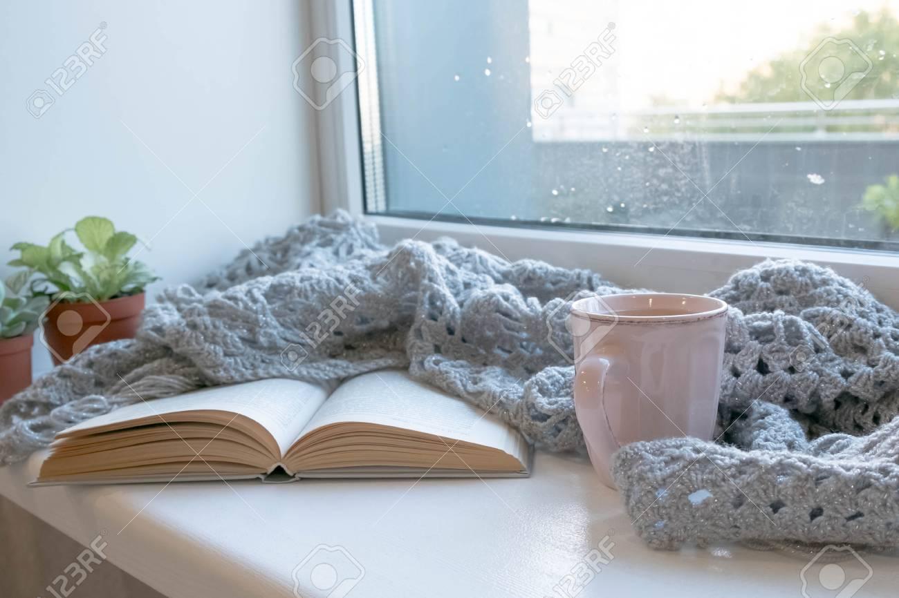 Gemütliches Zuhause gemütliches zuhause stillleben: tasse heißen kaffee und geöffnetes