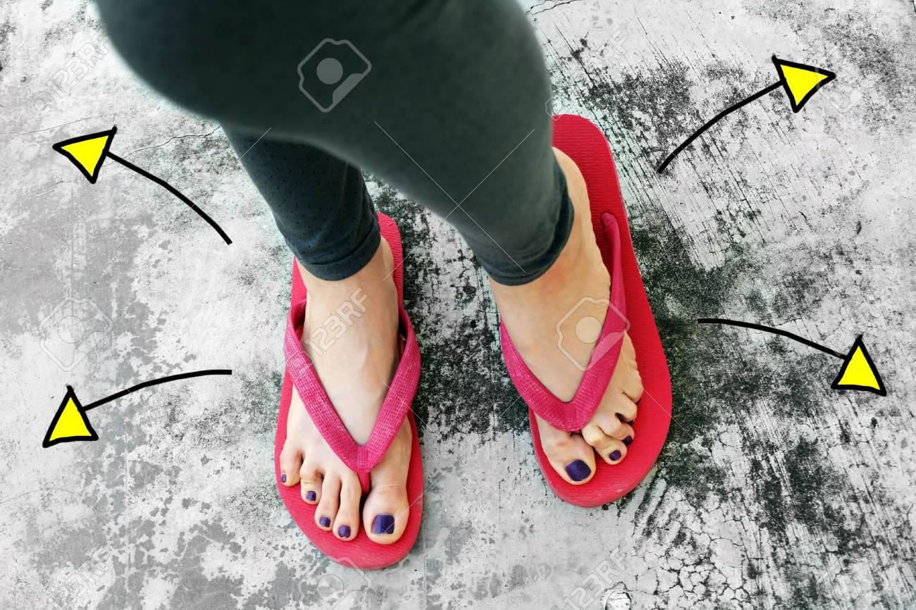 Fondo Cemento Flechas Con Dirección Uso Pies VioletaSandalias Dibujadas Cualquier Ideal Uñas Para De Mujer Pedicura Sobre Opciones k0Xnw8OP
