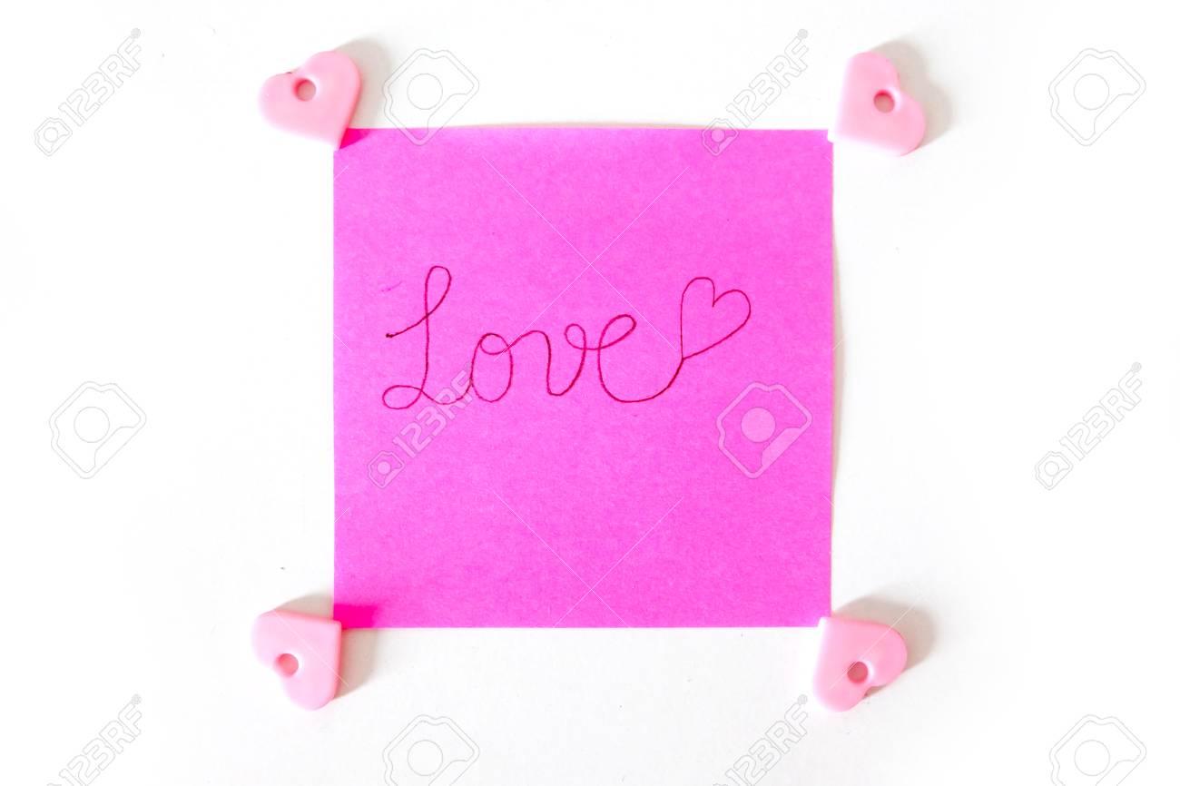 Note De Bâton De Papier Rose Avec Le Texte Damour écrit Sur Un Fond Blanc Grand Pour Nimporte Quelle Utilisation
