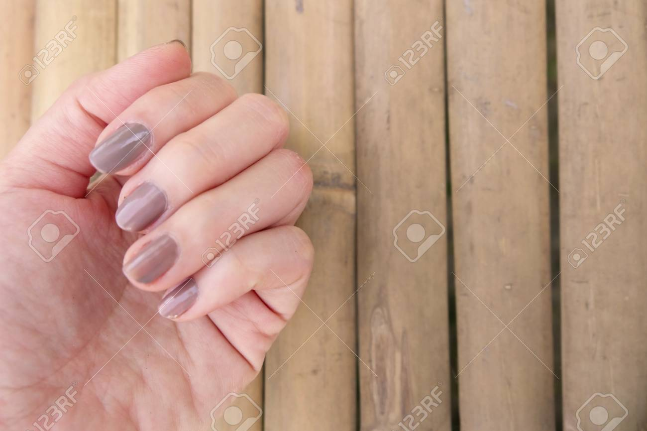 Manicura De Moda Marrón De Uñas El Esmalte De Uñas De La Mano De La Mujer En El Fondo De Madera Ideal Para Cualquier Uso