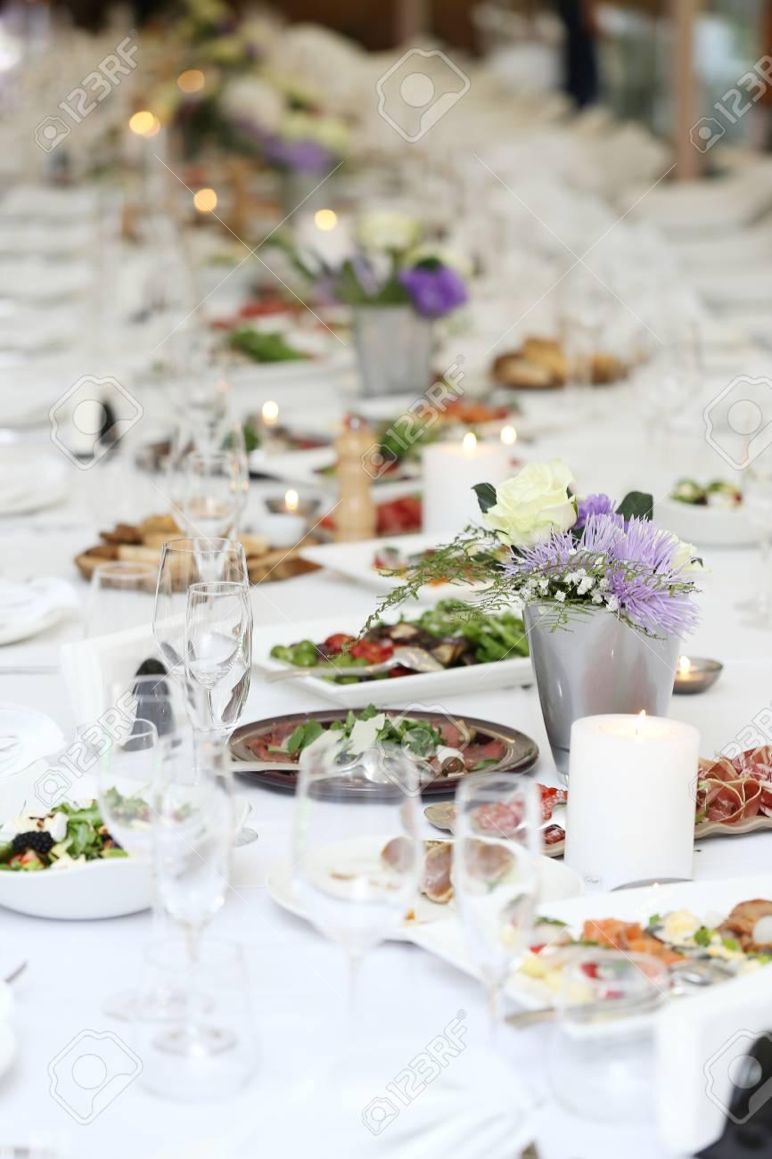 Gran Mesa De Comedor Con Flores Y Un Montón De Diferentes Tipos De ...