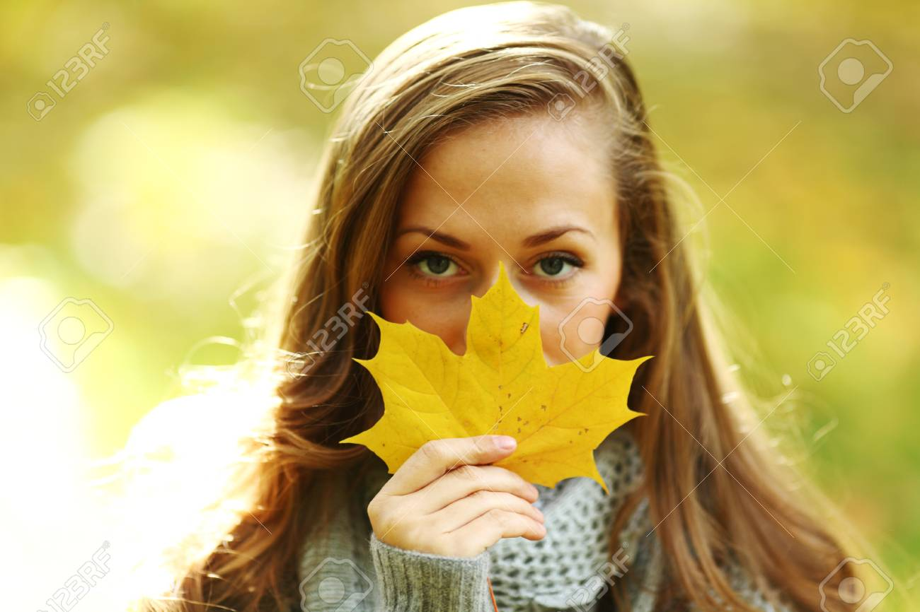 autumn woman portret in park Stock Photo - 9907093