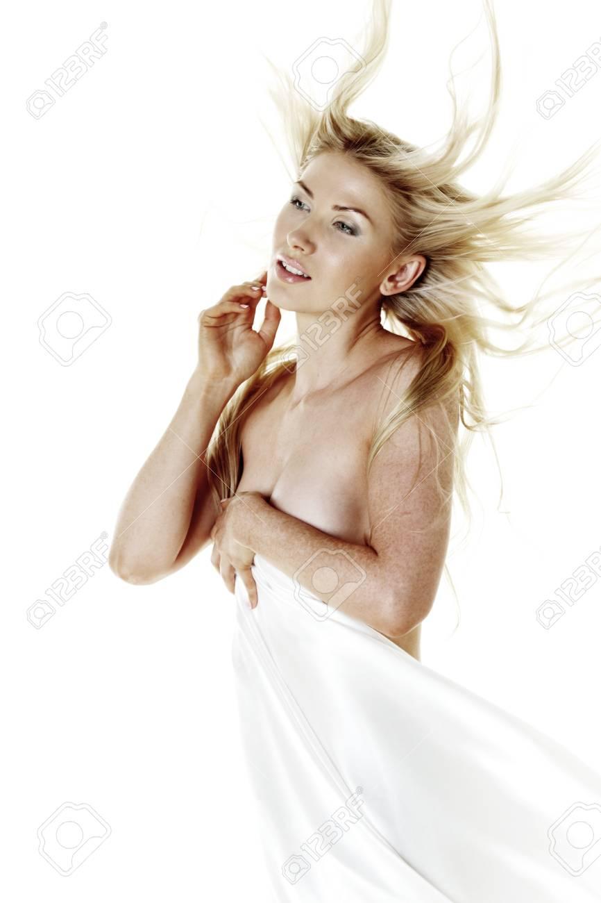 Mujer Desnuda Cubierta De Seda Blanca Aislado En Blanco