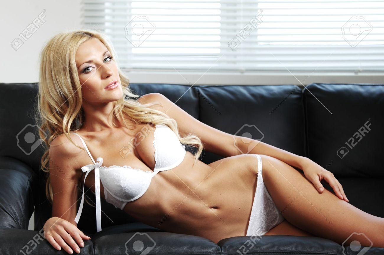 Сексуальная блондинка в белом белье 14 фотография