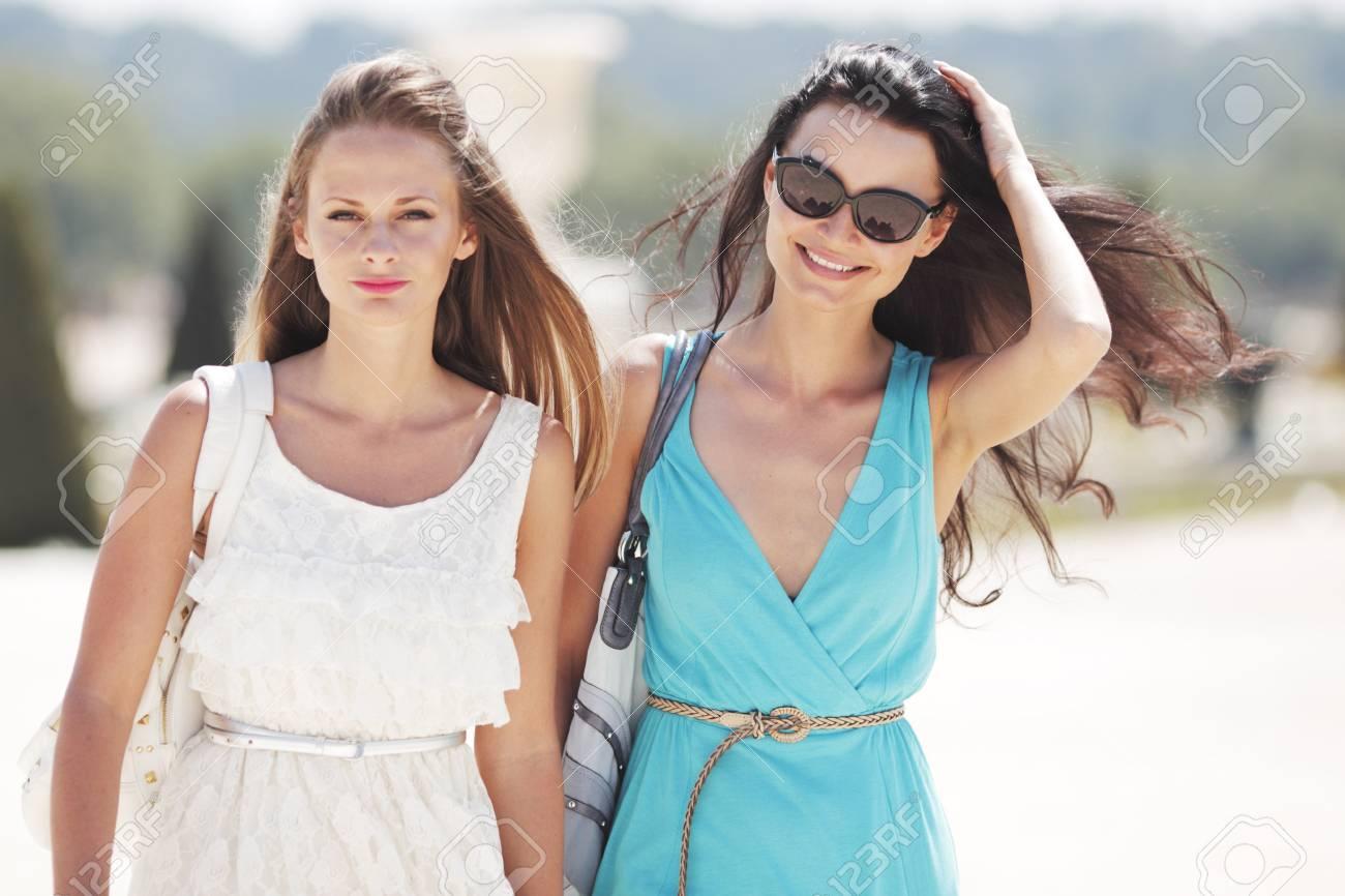 b9eb0f0ab7956a Zwei Frauen über Straße Hintergrund Lizenzfreie Fotos, Bilder Und ...
