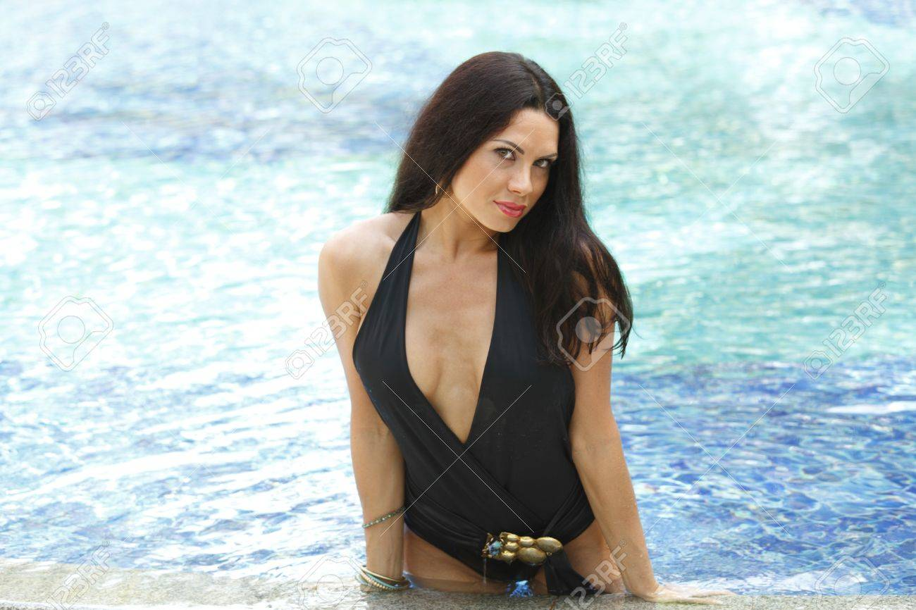 Beautiful brunette in swimsuit posing in wimming pool Stock Photo - 15981780
