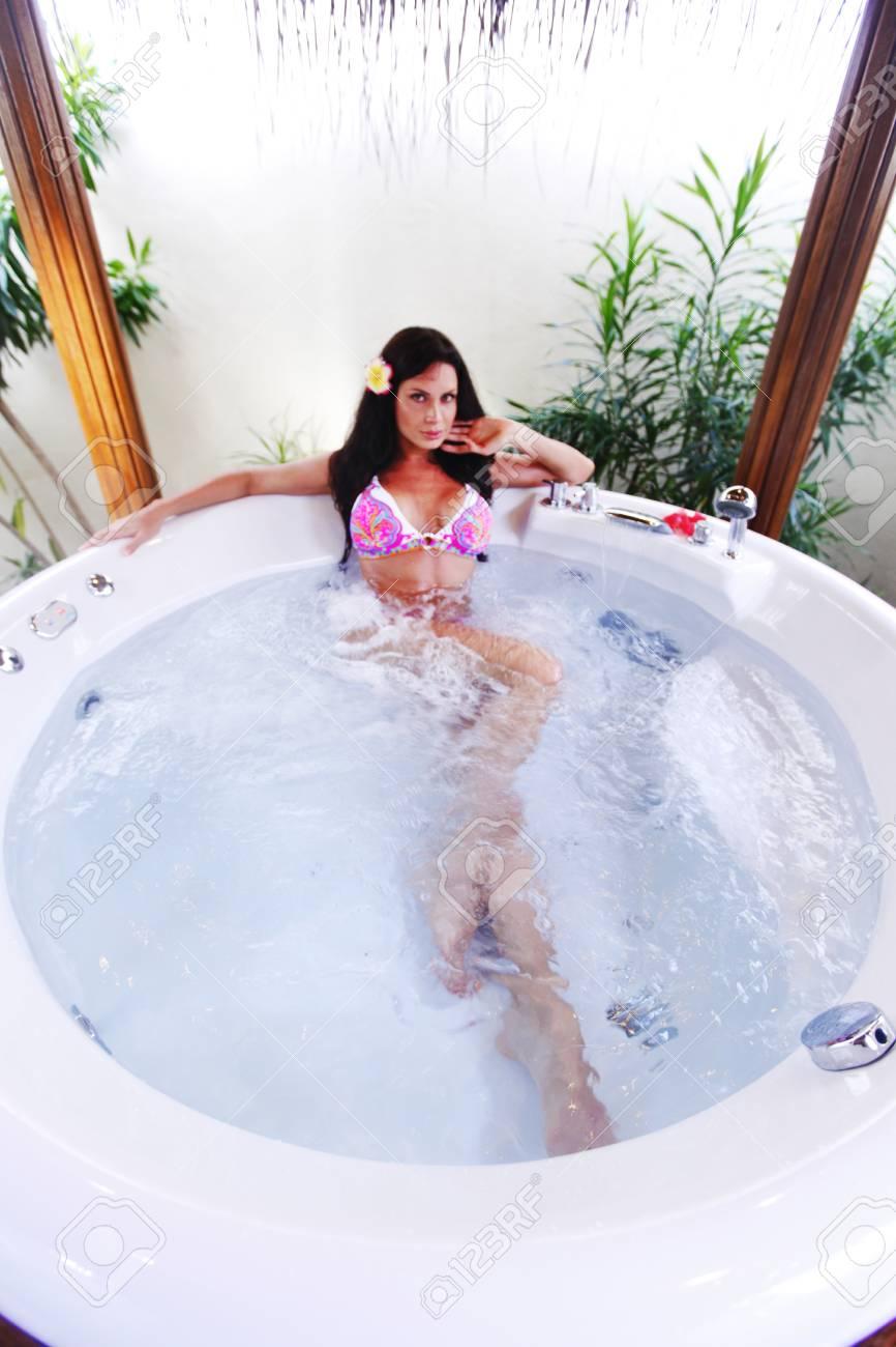 Pretty Woman Vasca Da Bagno.Pretty Woman Relaxing In Bathtub Of Tropical Hotel