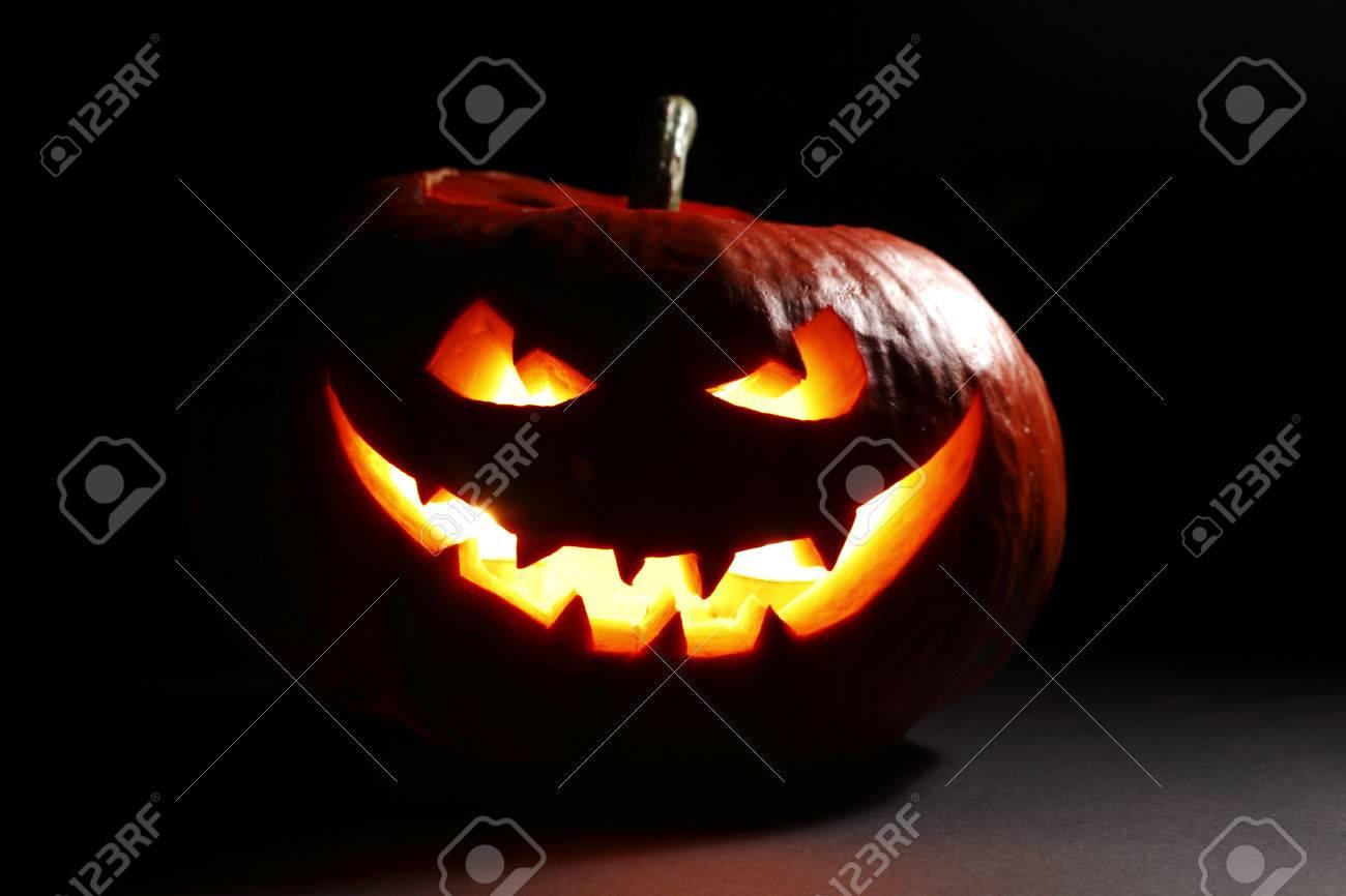 Böse Lächelnd Leuchtende Halloween Kürbis Auf Dunklem Hintergrund ...