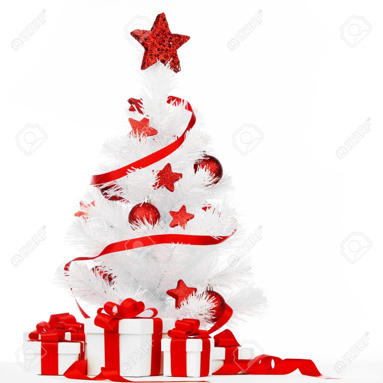 foto de archivo rbol de navidad blanco con adornos de color rojo y presenta aislado en fondo blanco