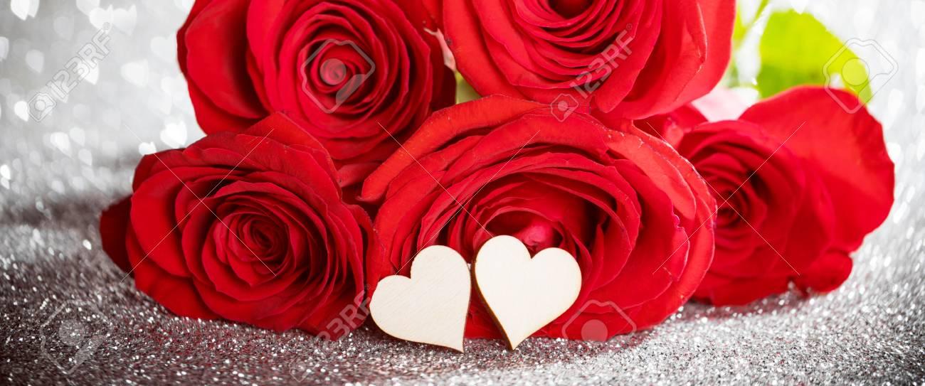 foto de archivo rosas y corazones en color rojo brillante bokeh fondo de los corazones para el da de san valentn