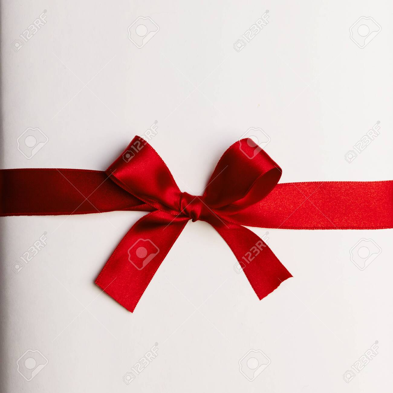 Red gift bow on white background - 131569433