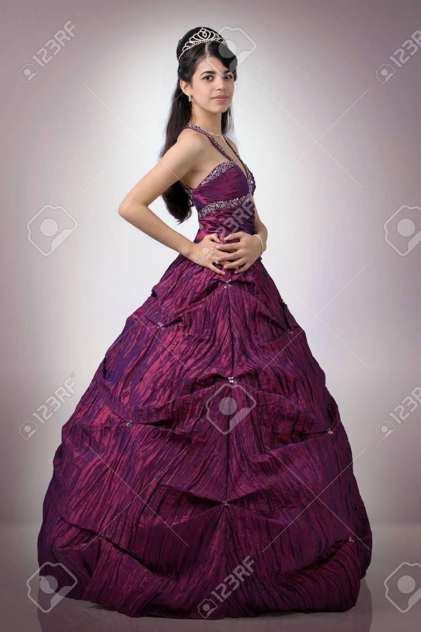 Chica Linda De América Con Un Vestido Morado Largo