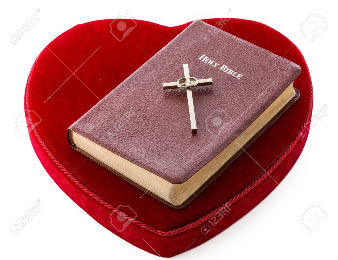 Matrimonio Eterno Biblia : Biblia sobre un corazón rojo del amor por la palabra de dios y la