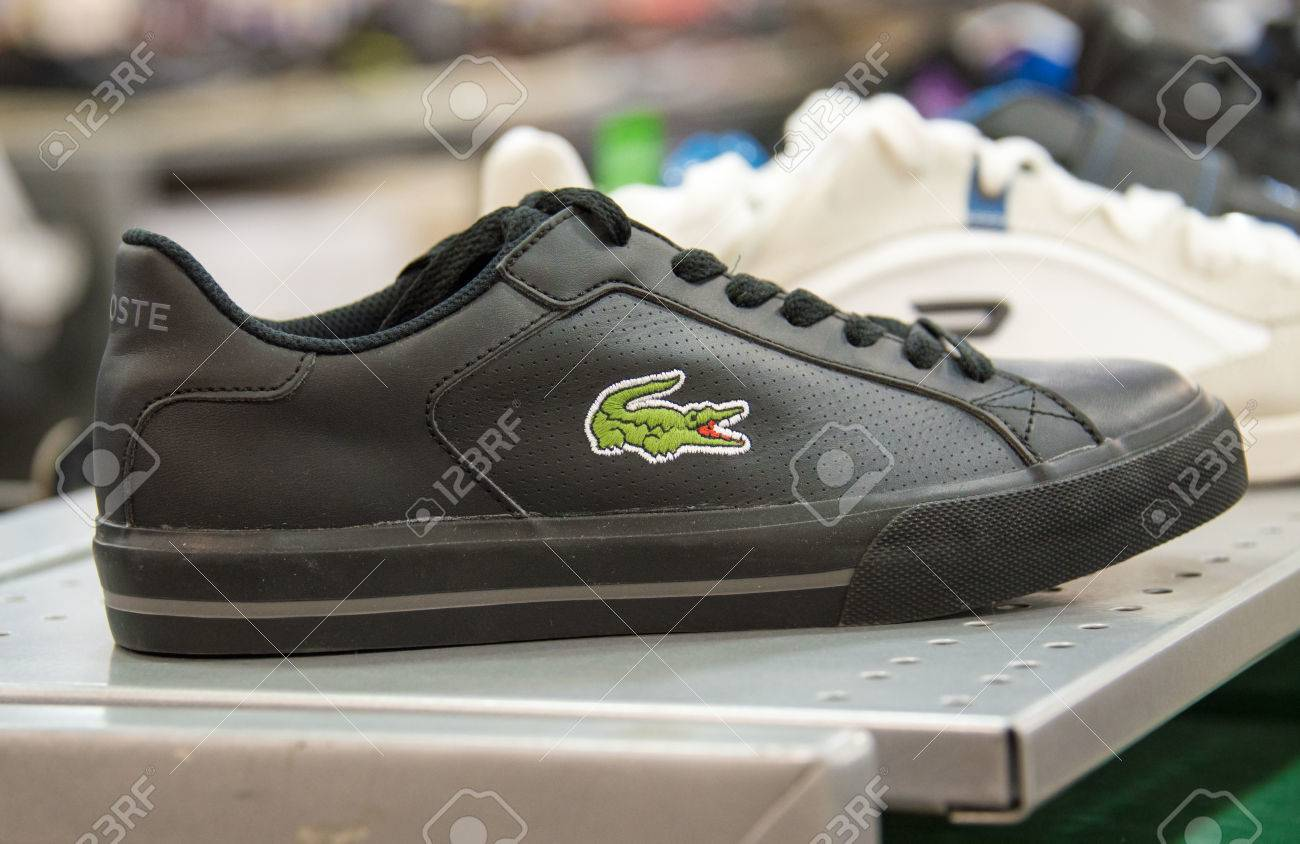 d0b98a4226088 Zapatos Lacoste En Estante De La Tienda
